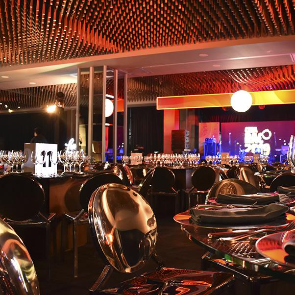 Evento de premiación en salón zanq